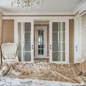 Классическая спальня с раздвижными дверями