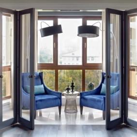 Дверь-гармошка в эркере городской квартиры