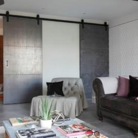 Раздвижные двери из металла в гостиной