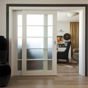 Дверь-купе в современной гостиной