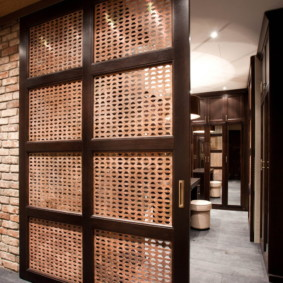 Решетчатые вставки в раздвижной двери
