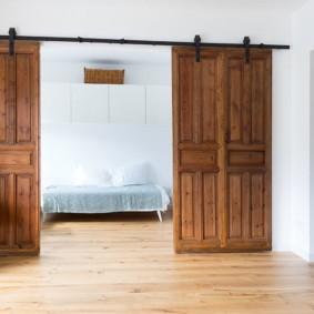 Сдвижные двери из массива дерева