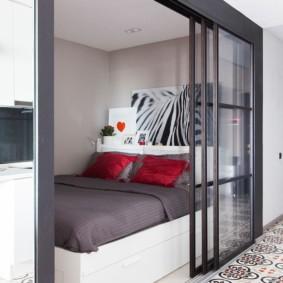 Кровать за раздвижной стеклянной перегородкой