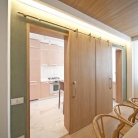 Сдвижные двери в интерьере гостиной