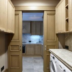 Двери из постирочной в кухню квартиры