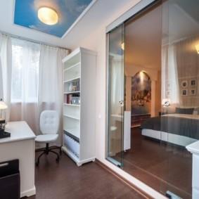 Стеклянная дверь между спальней и кабинетом