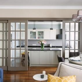 Прозрачная раздвижная перегородка в кухне-гостиной