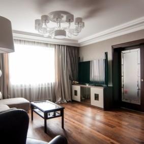 Лакированный пол в гостиной квартиры