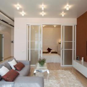 Потолочные светильники в гостиной современного стиля