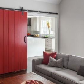 Красная дверь в гостиной комнате