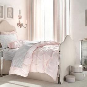 Светло-розовое одеяла на женской кровати
