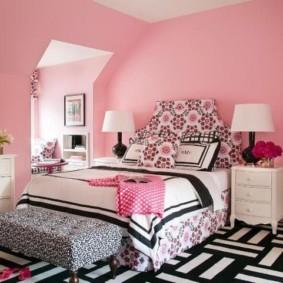Розовые стены спальни в мансарде