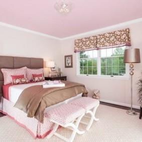 Спальня частного дома в розовом цвете