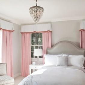 Белый ламбрекен и розовые портьеры