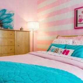 Голубое покрывало на белой кровати