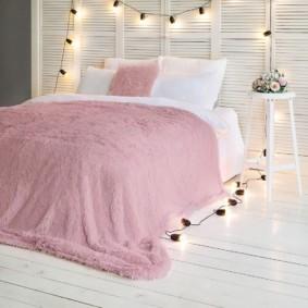 Гирлянда с лампочками в интерьере спальни