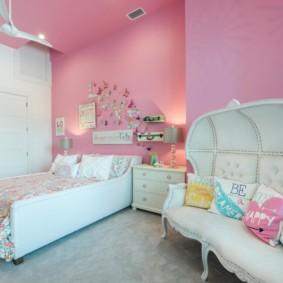 Белая мебель в интерьере спальной комнаты