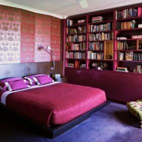 Стеллаж для книг в спальной комнате