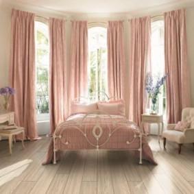 Прямые шторы розового цвета