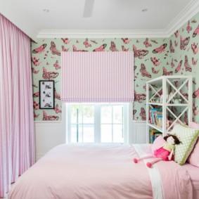 Бабочки на обоях в спальной комнате