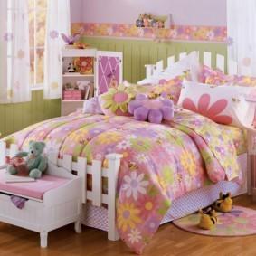 Яркое покрывало на детской кровати