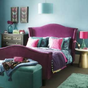Фиолетовая обивка спинок кровати