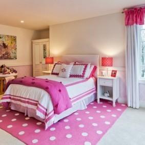 Розовый ковер в белый горошек