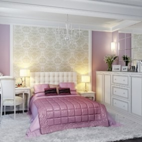 Пластиковая люстра над кроватью в спальне