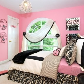 Ламбрекен на арочном окне спальни