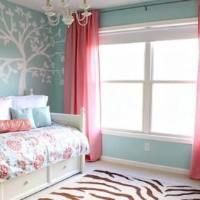 Бирюзовые стены в спальне городской квартиры