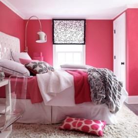 Высокая кровать в спальной комнате