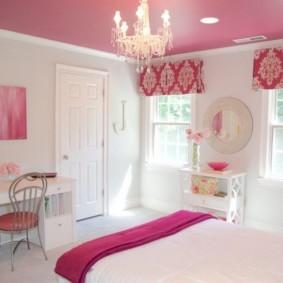 Короткие шторы на окнах спальни