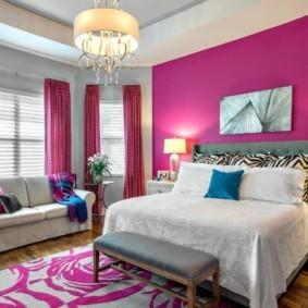 Прямой диванчик возле окна спальни