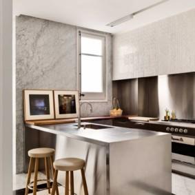Кухонный остров с металлической поверхностью