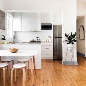 Деревянный пол в современной кухне