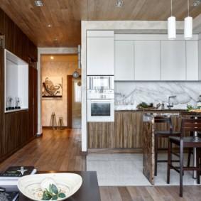 Кухня с деревянным потолком из вагонки