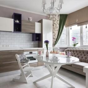 Круглый стол в кухне с диваном