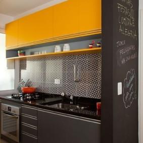 Желтые фасады навесных шкафчиков