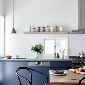 Синяя кухня без подвесных шкафов