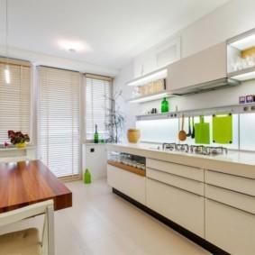 Жалюзи на окне кухни с балконом