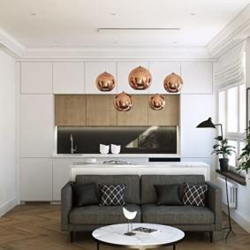 Интерьер просторной кухни с диваном