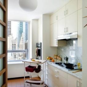 Передвижной столик в кухне панельного дома