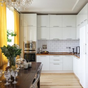 Желтые занавески на окне кухни