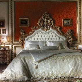 Атласное покрывало на двухспальной кровати