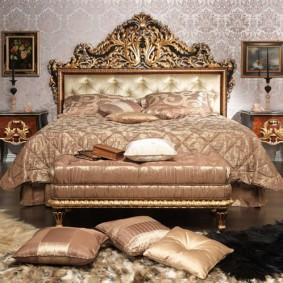 Декоративные подушки на ковре в спальне
