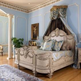 Деревянная кровать с балдахином из натуральных тканей