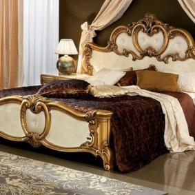 Позолоченный декор кровати в спальне