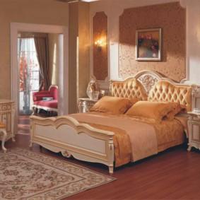 Персидский ковер на деревянном полу