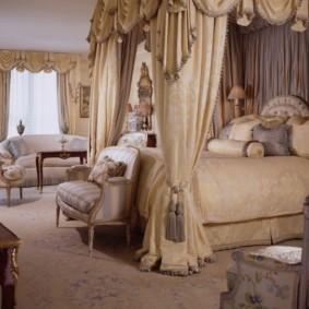 Шелковые шторы на балдахине в спальне