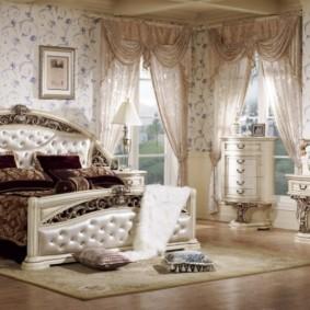 Дизайн просторной спальни с деревянной мебелью